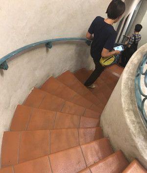 神楽坂のライブハウス神楽音へ降りる螺旋階段