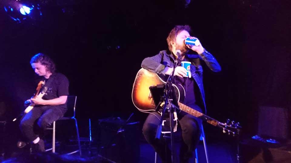 元mansunのフロントマン、ポール・ドレイパーの下北沢Club Que公演、喉の調子を整えるハーブティーを飲むpaulさん