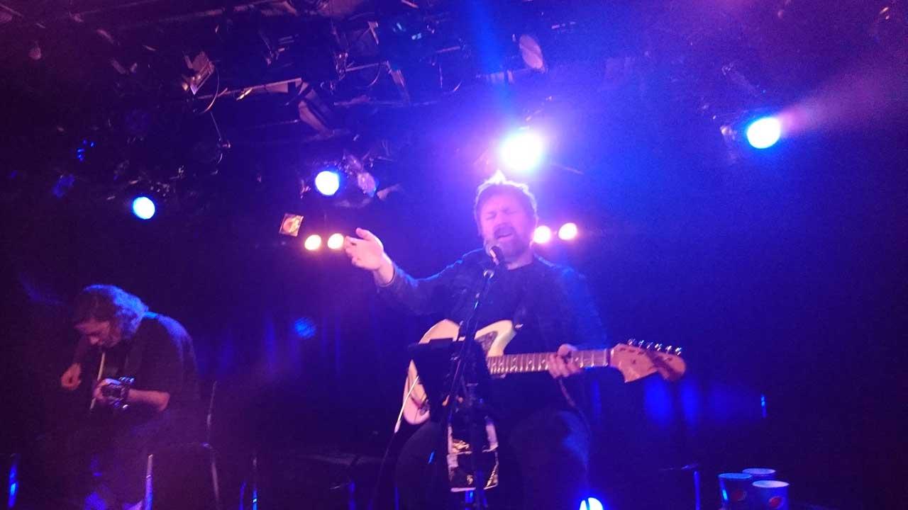 元mansunのフロントマン、ポール・ドレイパーの下北沢Club Que公演、エレキギターを弾くpaulさん