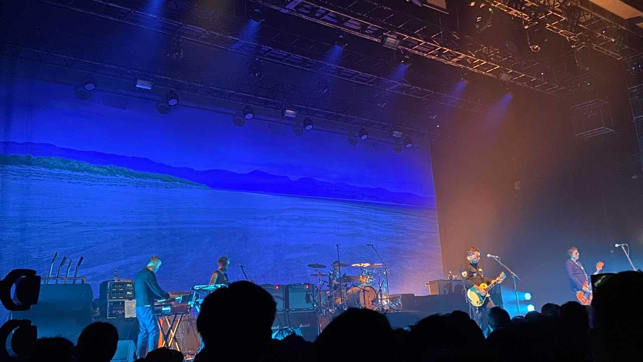 マニック・ストリート・プリーチャーズの「THIS IS MY TRUTH TELL ME YOURS」20周年記念ライブの豊洲PIT公演のステージの様子