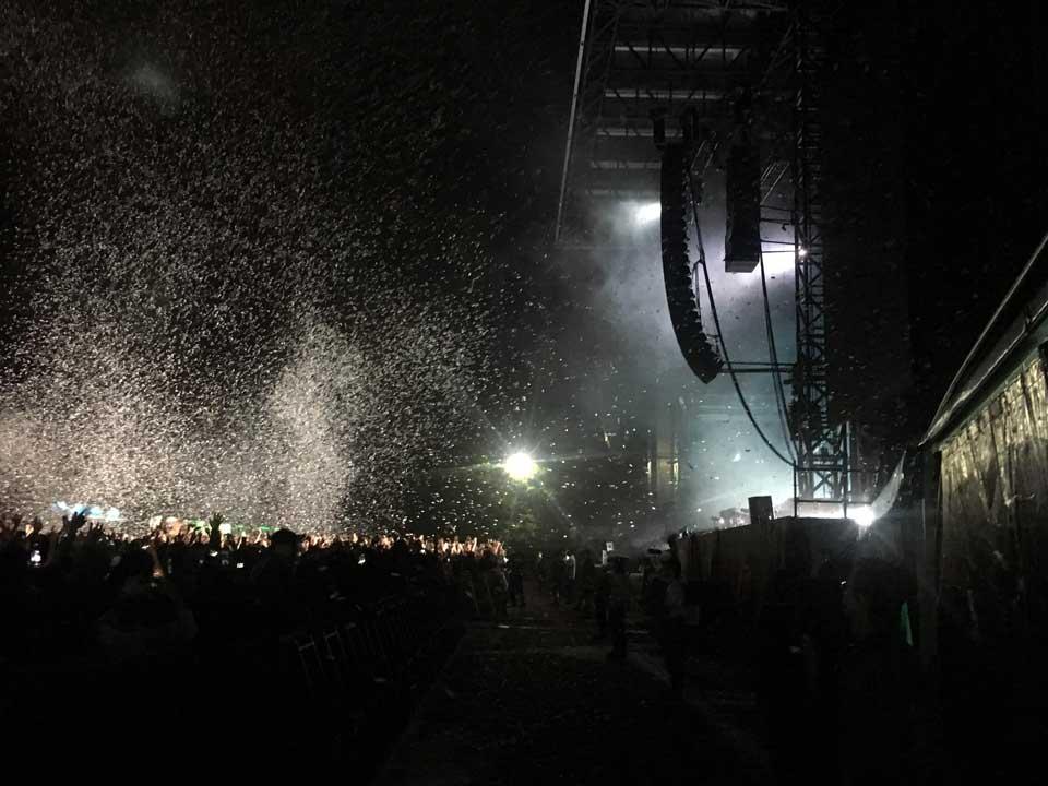 フジロック2019、初日グリーンステージでヘッドライナーのケミカル・ブラザーズを見た。紙吹雪