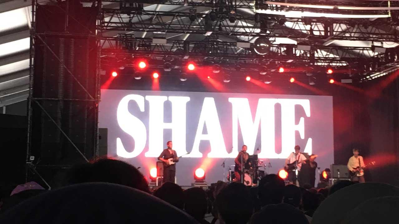 フジロック2019・初日、Red Marqueeでサウスロンドンの5人組Shameを見た